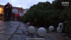 Главная эстонская рождественская ёлка дважды за уикэнд падала на Ратушной площади