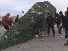 За несколько минут в казахском городе Жанаозен толпа разрушила сцену и сожгла оборудование