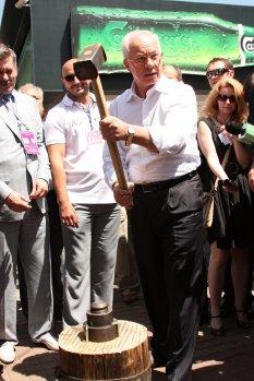 Четвёртый день работы киевской фан-зоны начался с визита Премьер-министра Украины Николая Азарова